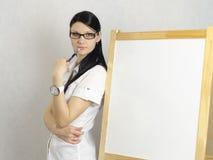 Pracującej dziewczyny zamyślenie ona z powrotem biała deska Obrazy Royalty Free