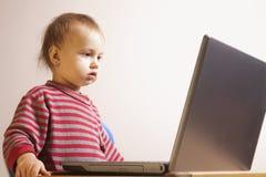 Biznesowa dziewczynka pracuje z laptopem (Humorystyczny obrazek) Obraz Stock