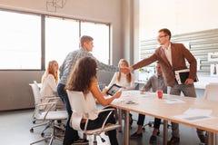 Biznesowa etykieta, przedsiębiorcy partnerstwo, robi pomyślnej transakci obrazy stock