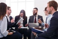 Biznesowa firma Młodzi pomyślni biznesmeni samiec i kobieta dyskutują praca plan przy miejscem pracy Obrazy Stock