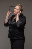 Biznesowa gruba kobieta z kawą, telefonem komórkowym, dokumentami i notatką, Fotografia Royalty Free