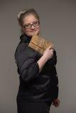 Biznesowa gruba kobieta z kawą, telefonem komórkowym, dokumentami i notatką, Obrazy Royalty Free