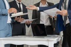 Biznesowa istota ludzka wręcza papiery, pióro i notatnika mienia, podczas stanika Zdjęcie Stock