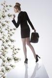 Biznesowa kobieta bierze dolara od pieniądze rośliny obraz stock