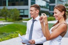 Biznesowa kobieta bierze fotografie z smartphone Fotografia Royalty Free