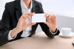 Biznesowa kobieta daje wizyty karcie obraz stock