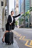 Biznesowa kobieta dzwoni dla taxi taksówki Zdjęcia Stock