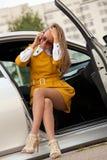 Biznesowa kobieta dzwoni na telefonie fotografia royalty free