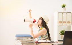 Biznesowa kobieta excited dzwonić dla wakacje zdjęcie royalty free