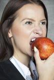 Biznesowa kobieta gryźć jabłka Obrazy Royalty Free