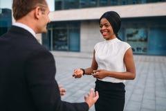 Biznesowa kobieta i biznesmen outdoors spotyka, zdjęcie stock