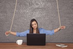 Biznesowa kobieta jest kukłą w rękach korporacja zdjęcie stock