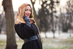 Biznesowa kobieta jest ubranym chustka na głowę zdjęcie royalty free