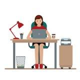 Biznesowa kobieta lub urzędnik pracuje przy jej biurowym biurkiem Zdjęcia Stock