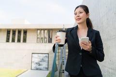 Biznesowa kobieta ma kawę czuje relaksować zdjęcie stock