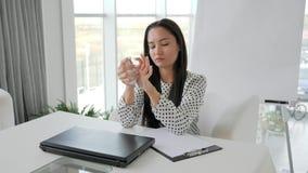 Biznesowa kobieta miie papier i Ñ  gubi laptop w biurze, kryzys finansowy, pracownik w depresji, urzędnik zdjęcie wideo