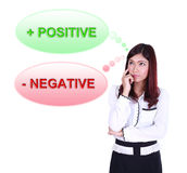 Biznesowa kobieta myśleć o pozytywnym i negatywnym główkowaniu Obrazy Royalty Free