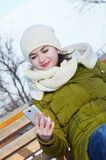 Biznesowa kobieta na ławce z telefonem komórkowym obrazy stock
