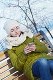 Biznesowa kobieta na ławce z telefonem komórkowym fotografia royalty free