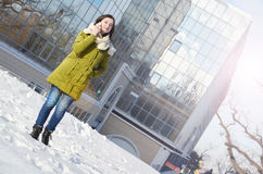 Biznesowa kobieta na biznesowym budynku tle Obrazy Royalty Free