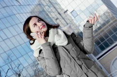 Biznesowa kobieta na biznesowym budynku tle Zdjęcia Stock