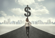Biznesowa kobieta na drogowym kłoszeniu w kierunku dolarowego znaka Zdjęcie Royalty Free