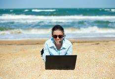 Biznesowa kobieta na plaży zdjęcia royalty free