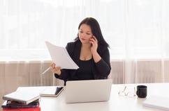 Biznesowa kobieta na telefonie Obrazy Royalty Free