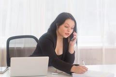 Biznesowa kobieta na telefonie Zdjęcie Stock