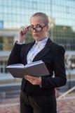 Biznesowa kobieta na ulicie. Zdjęcie Stock