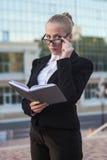 Biznesowa kobieta na ulicie. Zdjęcia Royalty Free