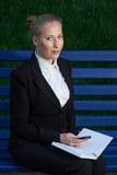 Biznesowa kobieta na ulicie. Zdjęcia Stock