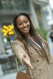 biznesowa kobieta oferuje formalnego uścisk dłoni fotografia stock