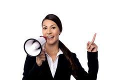 Biznesowa kobieta opowiada nad mega telefonem zdjęcie royalty free