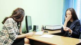 Biznesowa kobieta opowiada przy stołem zbiory