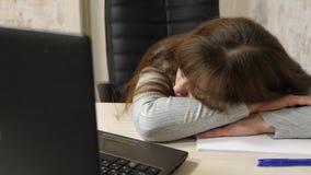 Biznesowa kobieta osłabiał przy pracą i spadał uśpiony przy komputerem Zakończenie zmęczony urzędnik śpi na dokumentach przy zbiory wideo