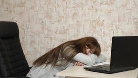 Biznesowa kobieta osłabiał przy pracą i spadał uśpiony przy komputerem Zmęczony urzędnik śpi na dokumentach przy jej biurkiem zdjęcie wideo