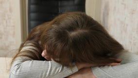 Biznesowa kobieta osłabiał przy pracą i spadał uśpiony przy komputerem Zakończenie zmęczony urzędnik śpi na dokumentach przy zdjęcie wideo