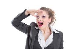 Biznesowa kobieta patrzeje dla sposobności - kobieta odizolowywająca na whi obrazy stock