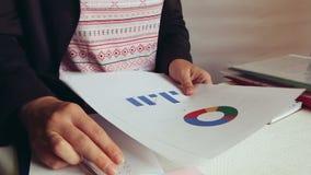 Biznesowa kobieta patrzeje mapy w biurze przy miejsce pracy