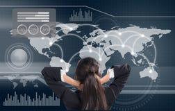 Biznesowa kobieta patrzeje niektóre mapę - wykresy i obliczenia na grafice Zdjęcie Stock