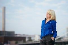 Biznesowa kobieta patrzeje od na boku Fotografia Royalty Free