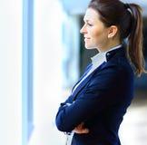 Biznesowa kobieta patrzeje ufny i uśmiechnięty Obrazy Royalty Free