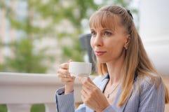 Biznesowa kobieta pije herbaty podczas przerwy przy pracą Obrazy Royalty Free
