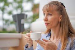 Biznesowa kobieta pije herbaty podczas przerwy przy pracą Zdjęcia Stock