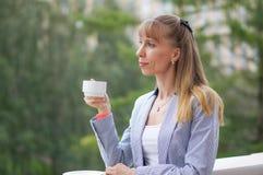 Biznesowa kobieta pije herbaty podczas przerwy przy pracą Fotografia Stock