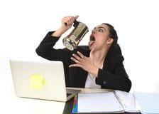 Biznesowa kobieta pije kawę excited i niespokojną w kofeina nałogu przy laptopu biurkiem Obrazy Royalty Free