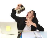 Biznesowa kobieta pije kawę excited i niespokojną w kofeina nałogu przy laptopu biurkiem Zdjęcie Stock
