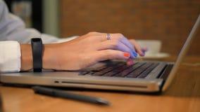 Biznesowa kobieta Pisać na maszynie na Komputerowej klawiaturze w biurze 4K zakończenie up zbiory wideo