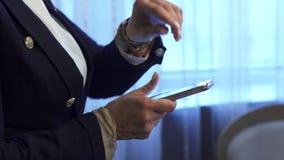 Biznesowa kobieta pisać na maszynie wiadomość na jej telefonie komórkowym zbiory wideo